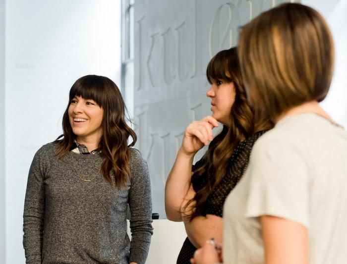 3 hölgy egymás mellett áll és beszélget