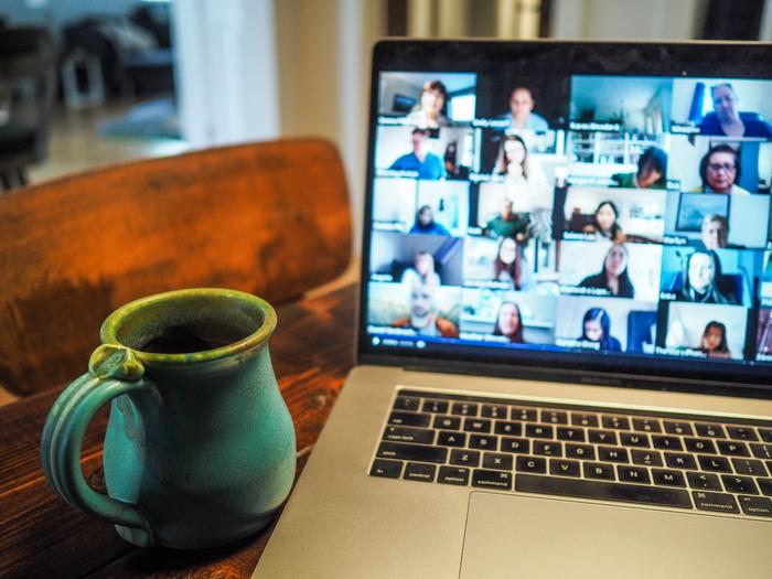 zöld bögre és zoom alkalmazás egy laptop monitorán